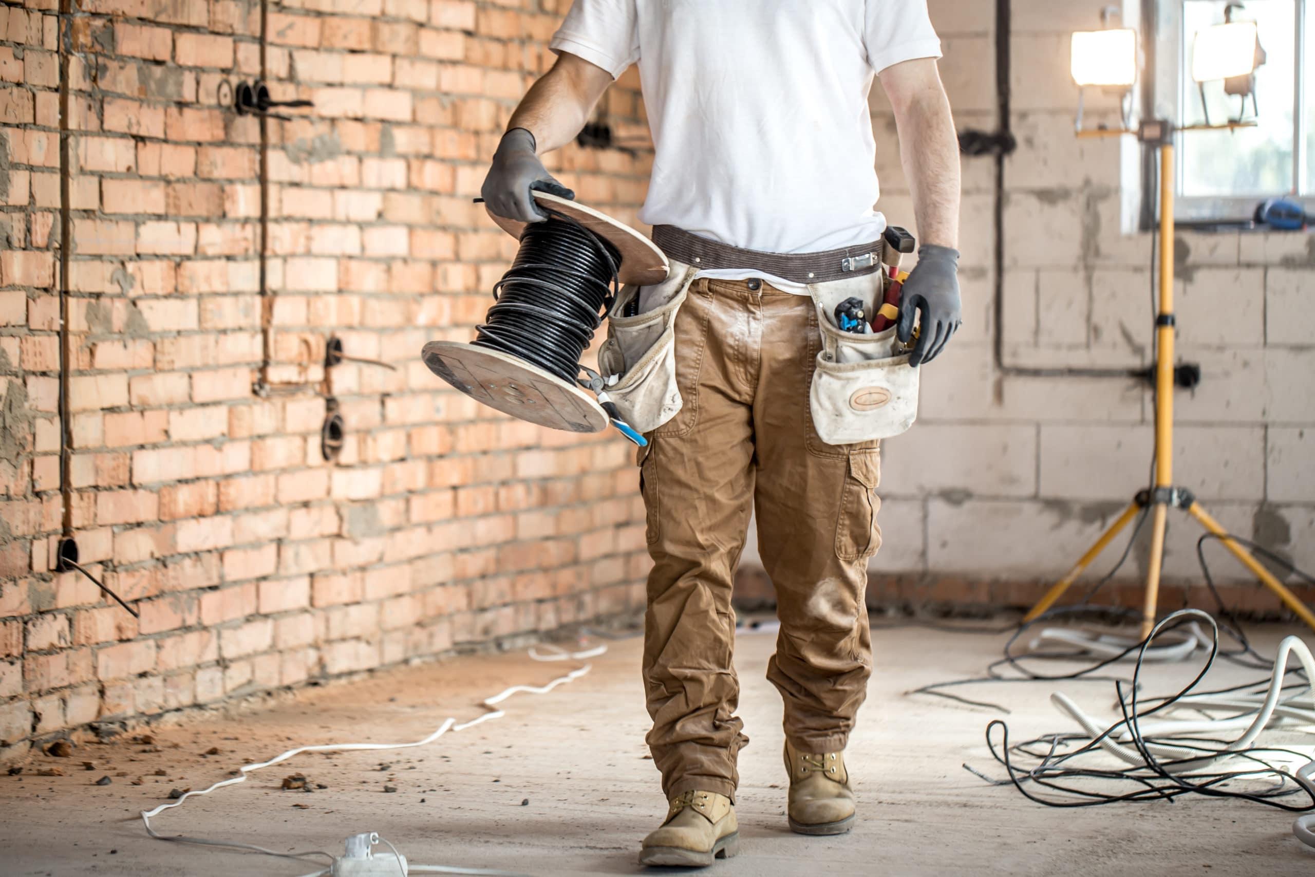 Elektriker mit Werkzeug